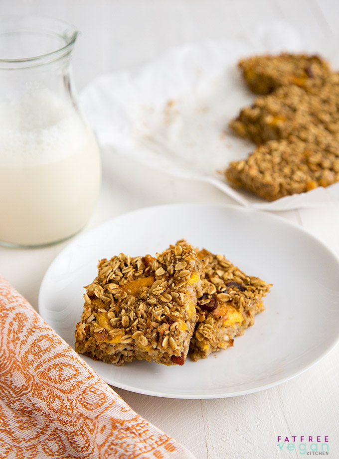 Peach Oatmeal Bars: These moist peach oatmeal bars are perfect for breakfast or for a healthy desserts. Vegan, gluten-free, and no added sugar or fat!