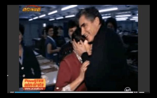 Petre Roman umarmt eine Arbeiterin während seines zweiten Besuches in der APACA Fabrik 1996, TV Sendung, Filmstill, 2016; Quelle: https://youtu.be/cLbNaAtnNLY