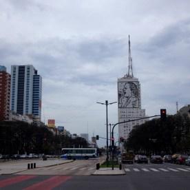 Die breiteste Straße der Welt. Darüber wacht Evita Perón.