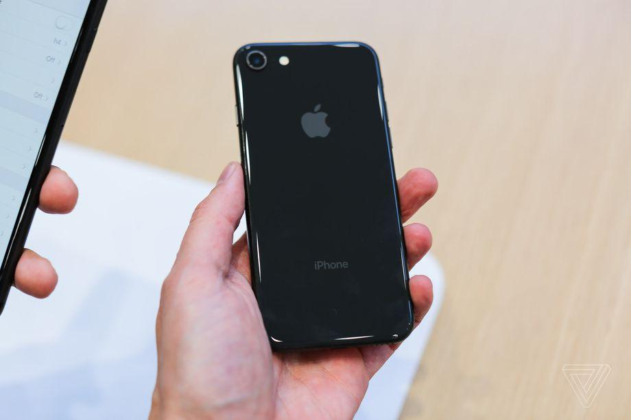Стоимость замены задней панели на iPhone 8 может быть выше, чем при замене дисплея