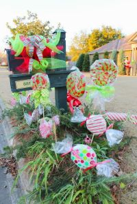 Christmas Mailbox Decorations - flagsonastickblog.com