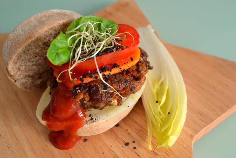 Sandwich mit Bohnen-Tomaten-Burger