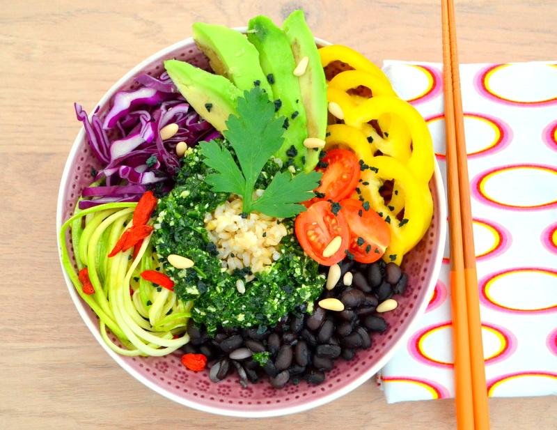 Ciotola di riso alle verdure con fagioli neri e pesto al prezzemolo