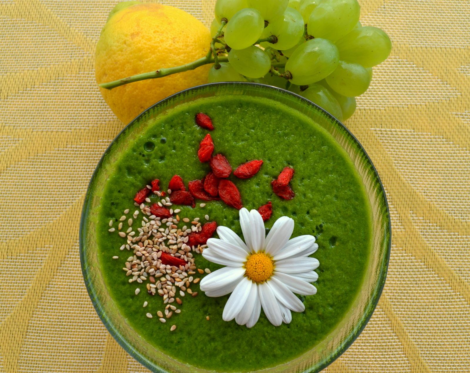 Schönheitselixier! Grüner Energie Smoothie mit Matcha Pulver und Gerstengras