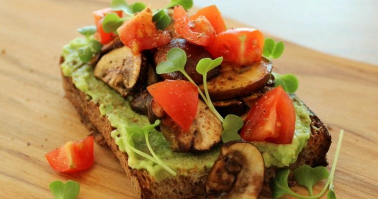 Avocado Snack mit Champignons und Rettichsprossen