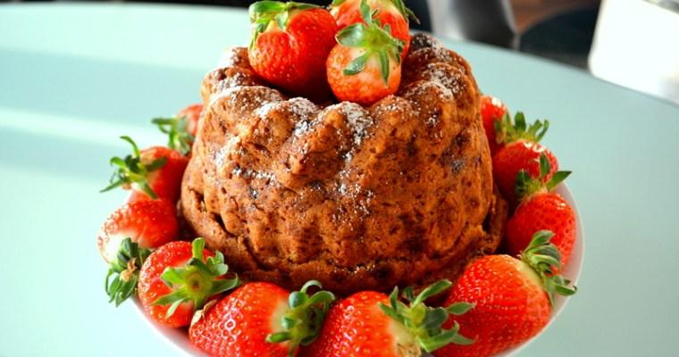 Karotten-Gugelhupf mit frischen Erdbeeren