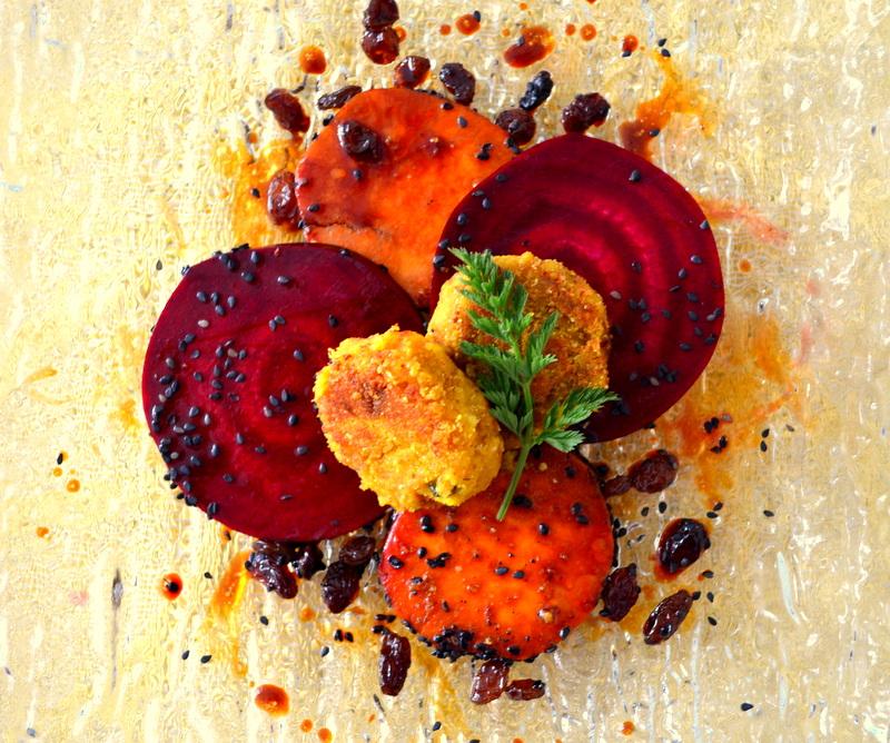 Kichererbsen-Burger auf Rote-Randen und Süsskartoffeln