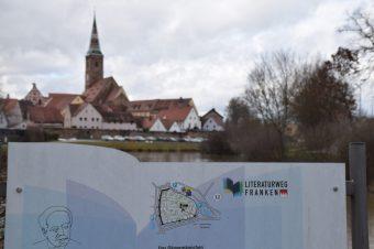 Stadtansicht von Wolframs-Eschenbach mit Tafel des Literaturweges