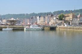 Honfleur, l'avant-port, derrière, vieux bassin et le quai Sainte Catherine et ses maisons particulières.