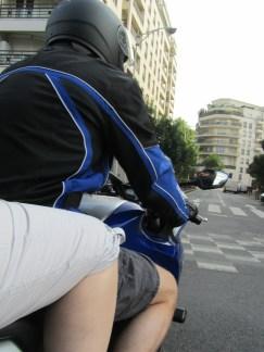 Et 2 motards bien équipés, 2! (bermuda et pantacourt en kevlar). Le parking est gratuit pour les motos 