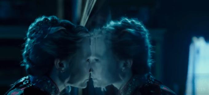鏡に入るアリス