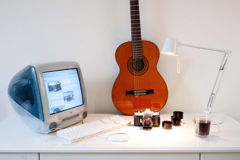 Adam Podstawczynski costuma tirar fotos de computadores antigos de tempo em tempo. Esse pode ser um hobby meio peculiar para muitas pessoas mas ele faz isso com uma beleza única. Além da beleza de suas fotos, o que me chamou a atenção foi o fato de tudo que ele fotografa está funcionando perfeitamente e podem ser usados para jogos e trabalho.