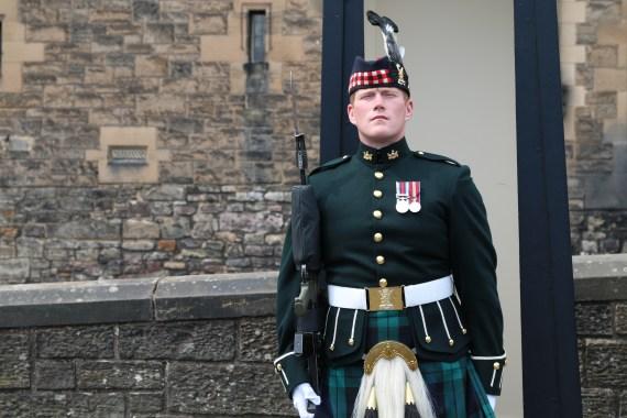 militar escocês guardando o Castelo de Edimburgo