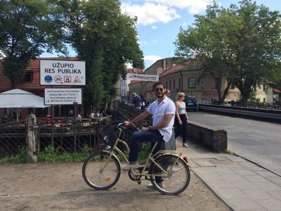 ao atravessar a ponte com a bicicleta, estava em Uzupis