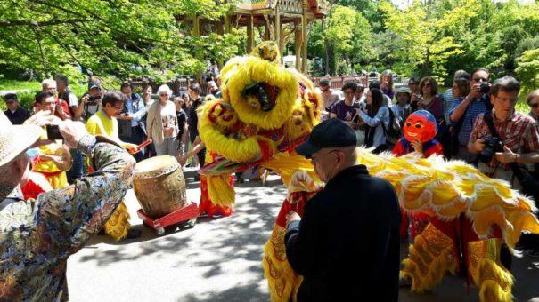 Der traditionell vietnamesische Löwentanz führt den Einzug an. Sie machen den Weg frei durch die Menge, die sich wegen des sonnigen Mai-Wetters schon versammelt hat, und sie scherzen auch mit den Kindern!