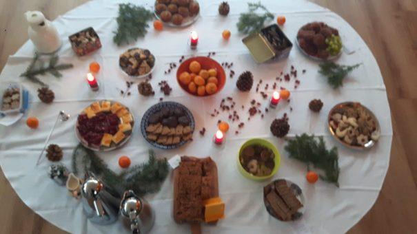 Büffet mit süßen Sachen beim Maitreya-Fest im Achtsamkeitszentrum München