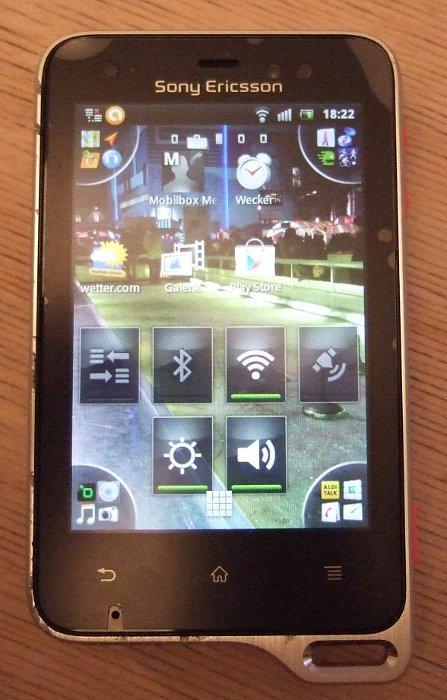 Sony Ericsson Xperia Active nachdem es von Auto überrollt wurde
