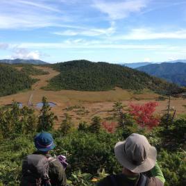 登って来た熊沢田代を眺めながら小休止。青空が気持ちイイ