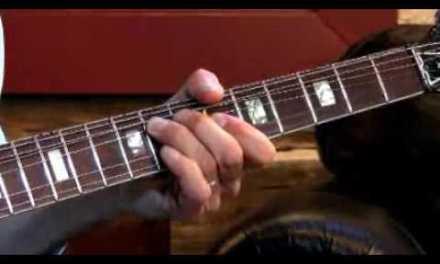 Larry Carlton – 335 Improv – Soloing Over I-VI-II-V – Blues Guitar Lessons