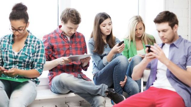 Should schools take students' phones?
