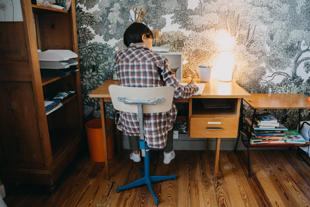 Étudiant à son bureau