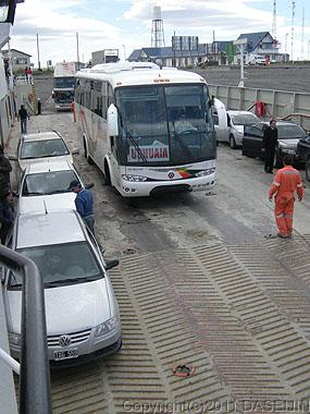 110105マゼラン海峡・フェリーに乗るウスアイアいきバス
