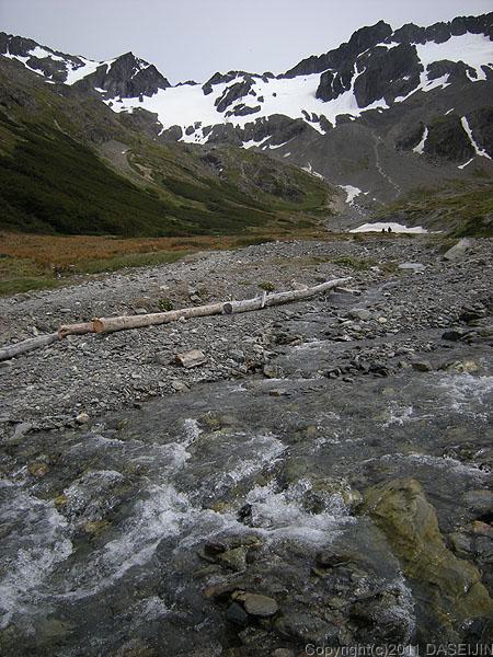 1101016フエゴ島・ウスアイア、マルティアル氷河の中の流れ