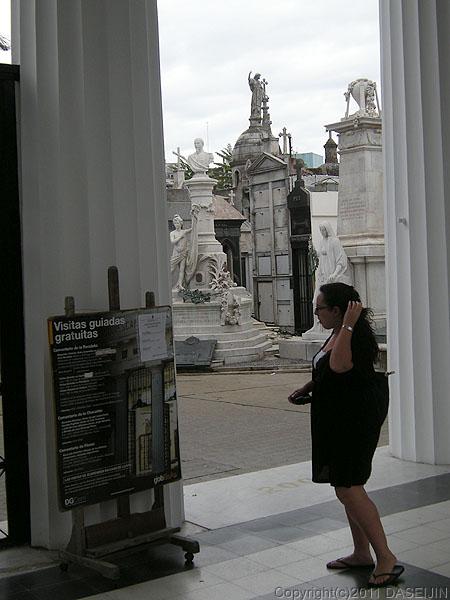 110108ブエノスアイレス・レコレータ墓地入り口