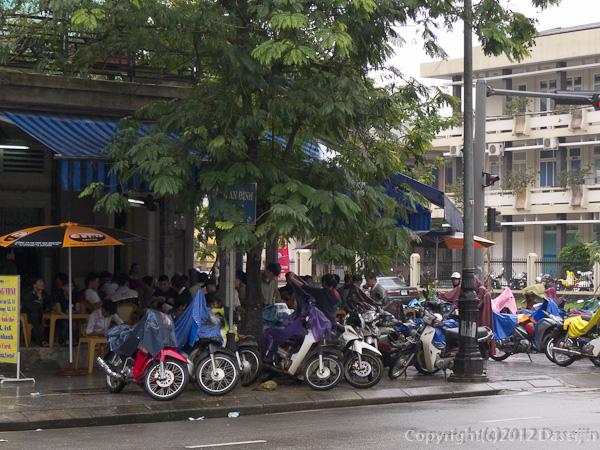 121116ベトナム・平日のカフェも男たちでいっぱい