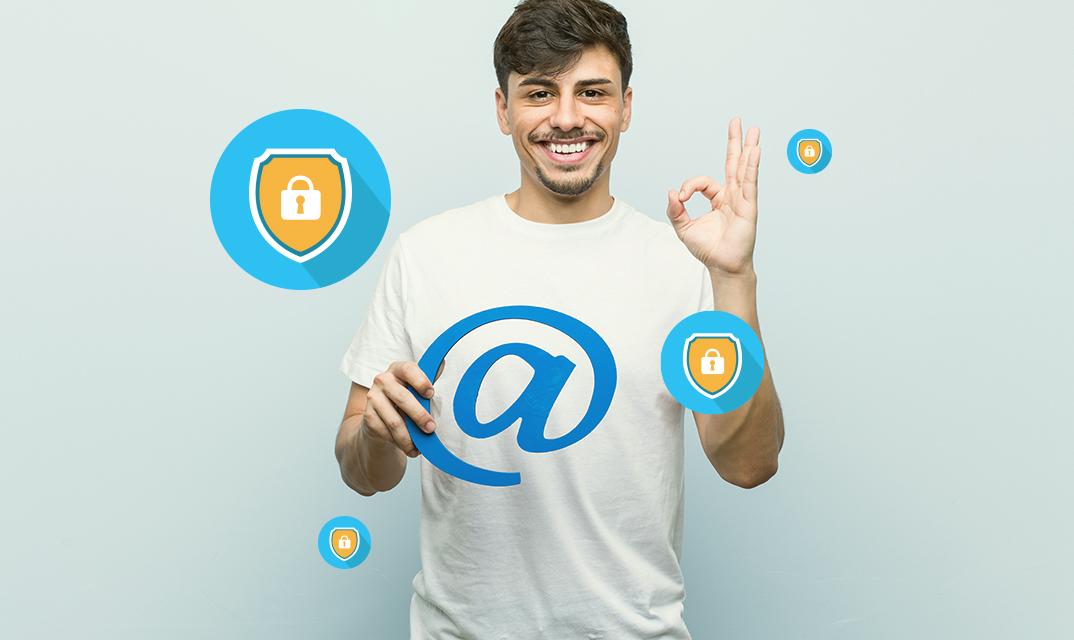 Homem jovem segurando um arroba de papelão, representando um empréstimo online confiável