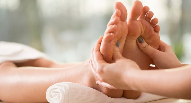 foot massage : Ayurvedic medicine for thyroid