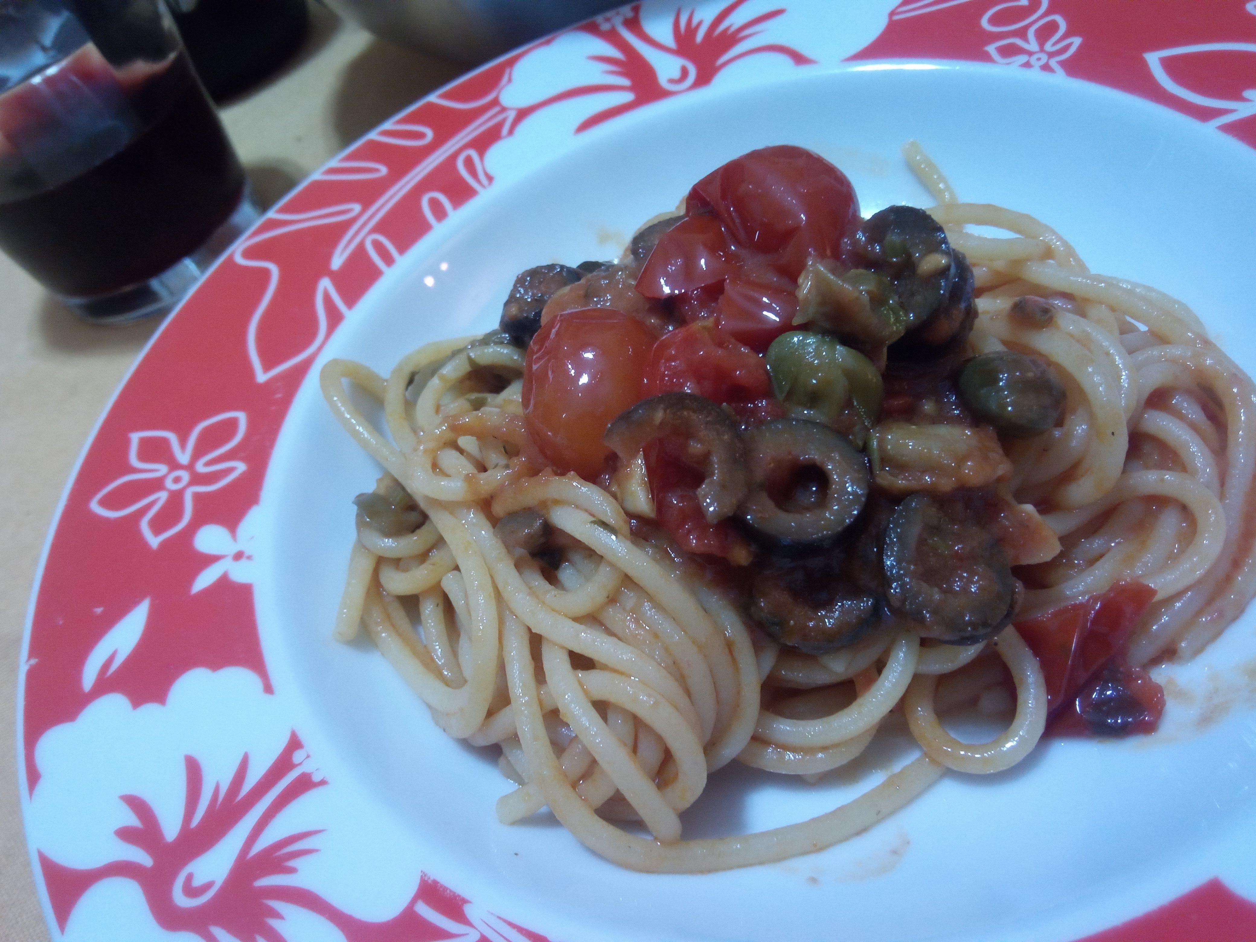 Spaghetti alla Puttanesca olive e capperi