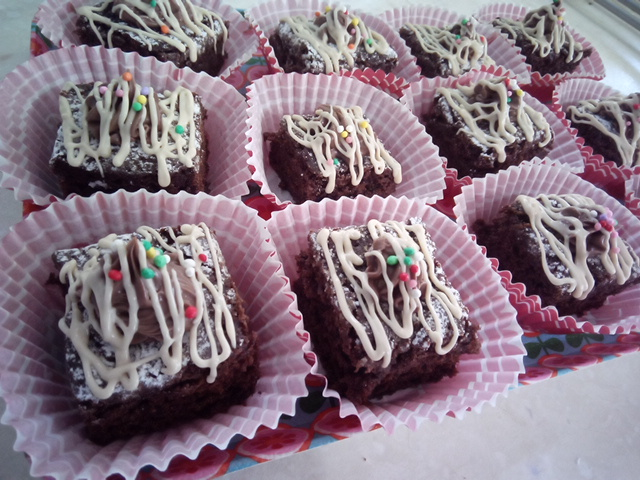 Quadrotti di brownies ai tre cioccolati