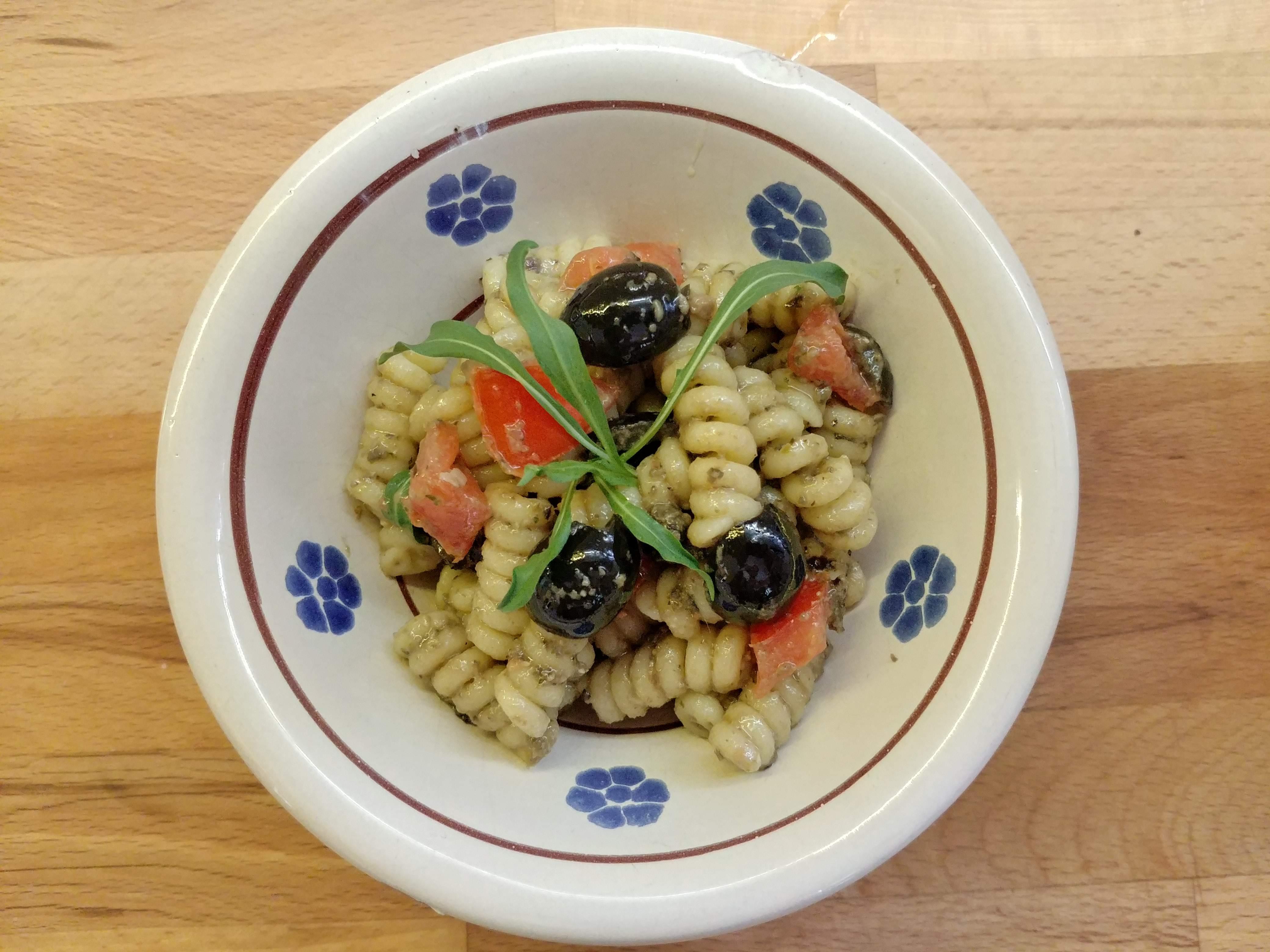 Fusilli freddi al pesto di olive nere e acciughe