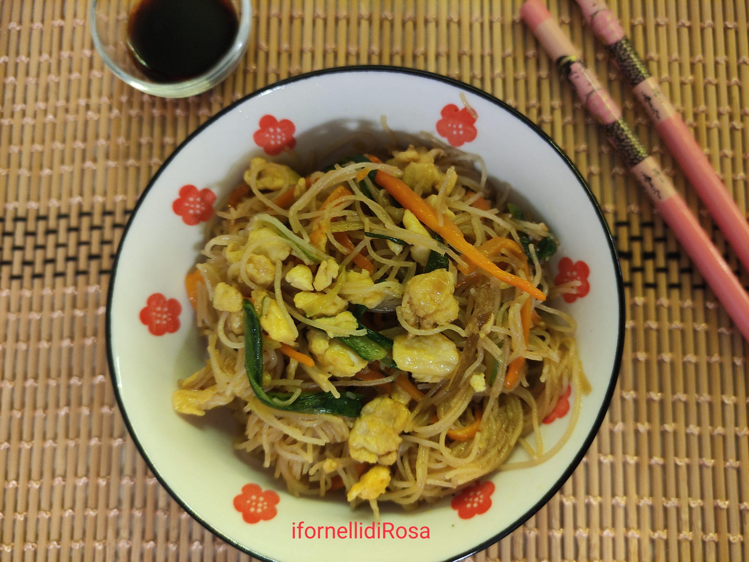 Spaghetti di riso fritti con verdure e uova