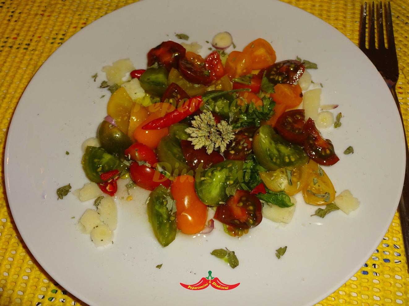 Insalata di pomodori multicolori e scaglie di Parmigiano