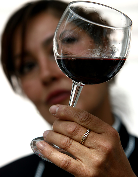 Per le donne l'uomo che non beve vino è noioso
