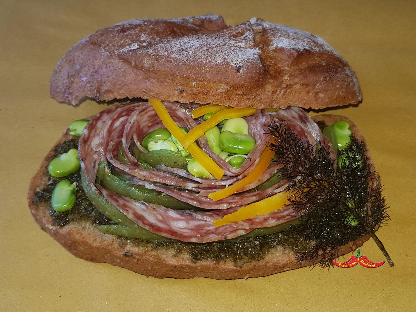 Panino, Finocchiona, bucce di Baccelli, pesto di Salicornia, Peperoncino starter, peperoni gialli e finocchietto croccante