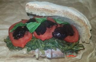 Panino Tarassaco, guanciale, pomodori, olive nere al forno e menta