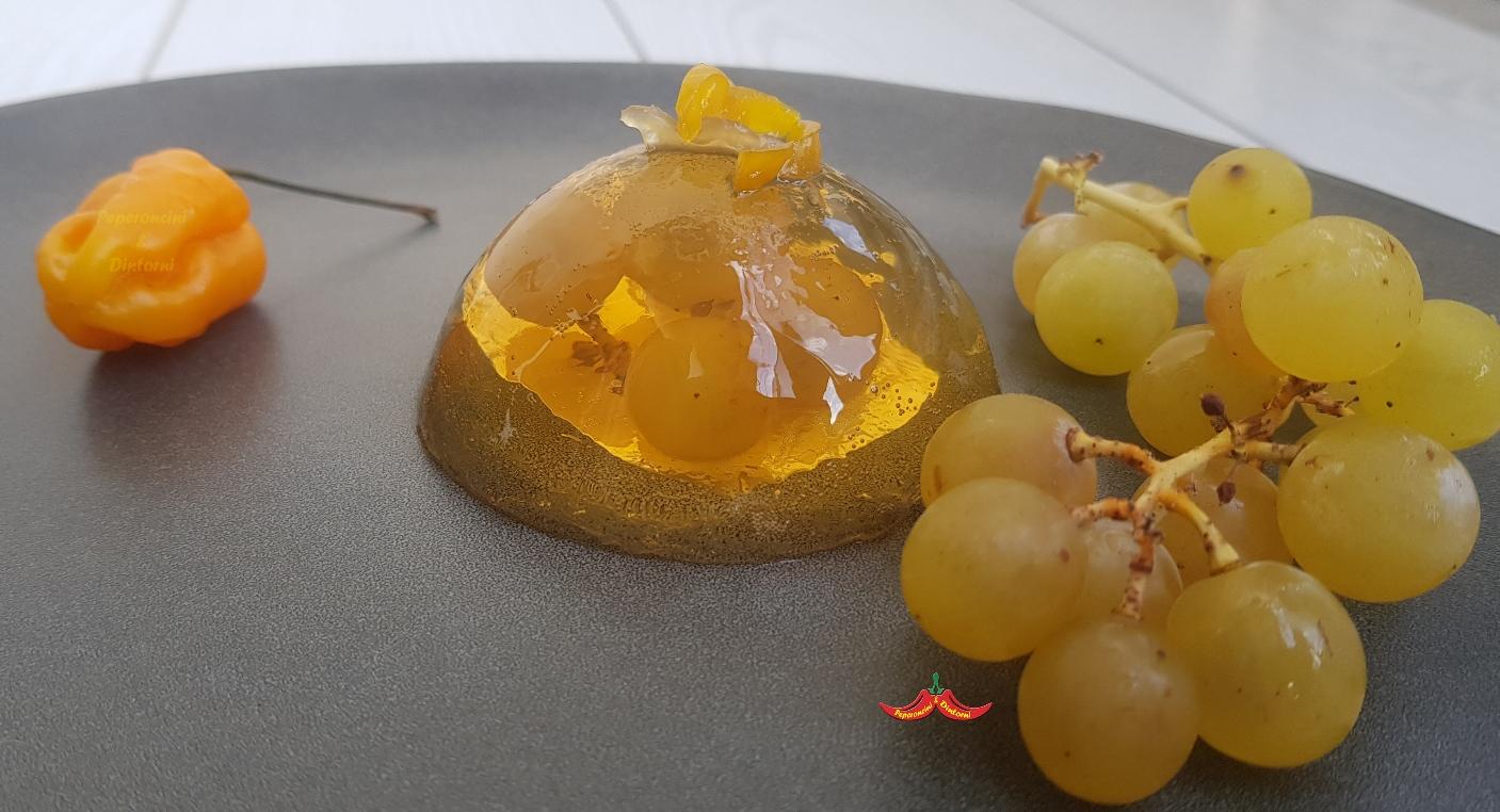 Semisfera di moscato giallo Fior d'arancio e filetti di Habanero Fatalii