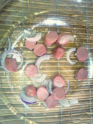 Wurstel e cipolla per frittata al microonde