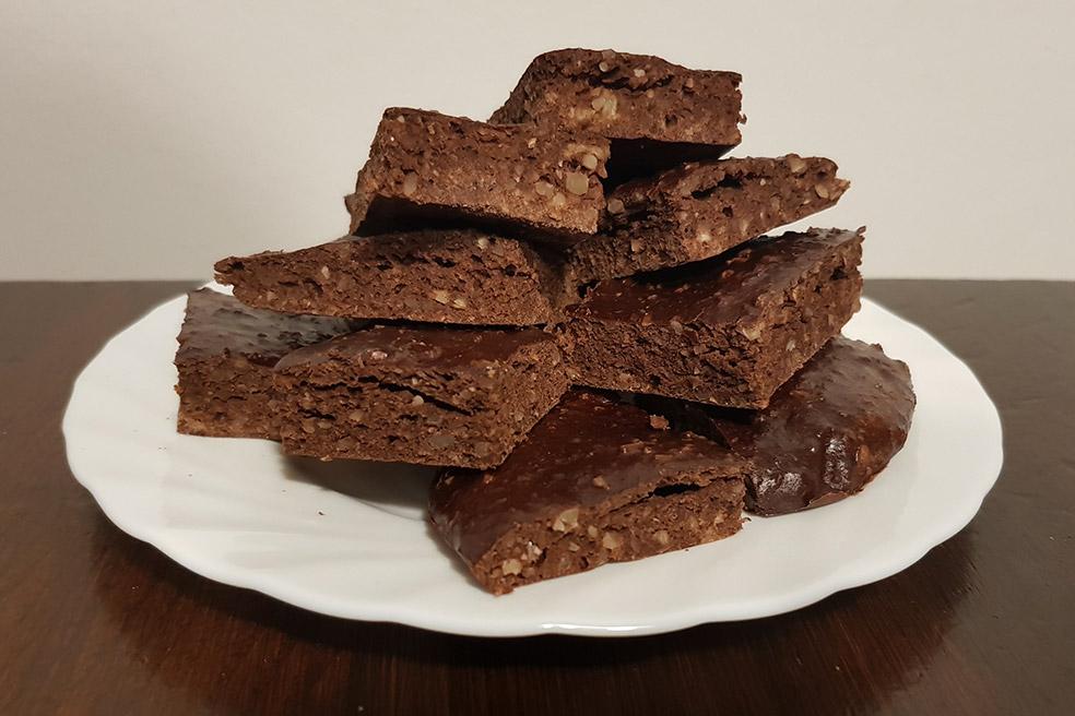 Brownies proteici al cioccolato, mandorle e banane per un gusto delizioso