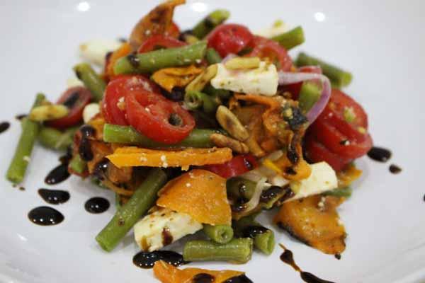 Insalata di feta con verdure e pinoli