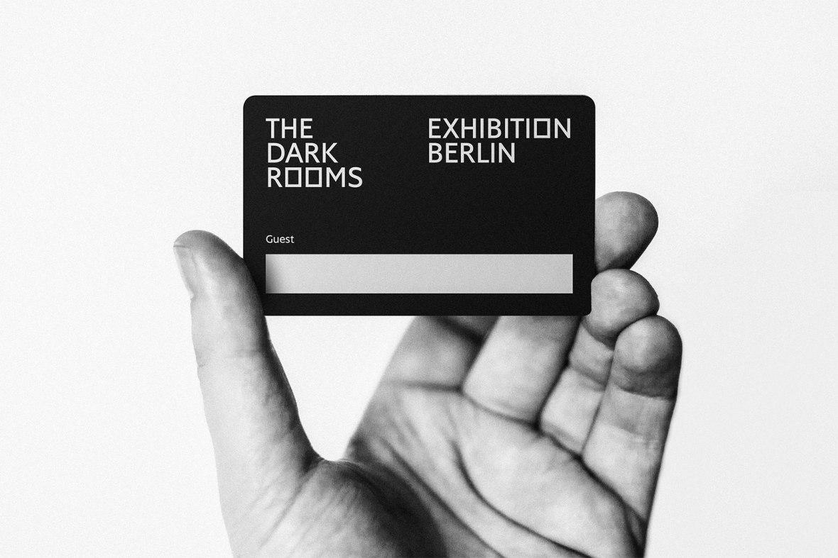 Hole Dir die Einladungskarte auf der offiziellen The Dark Rooms Anmeldeseite