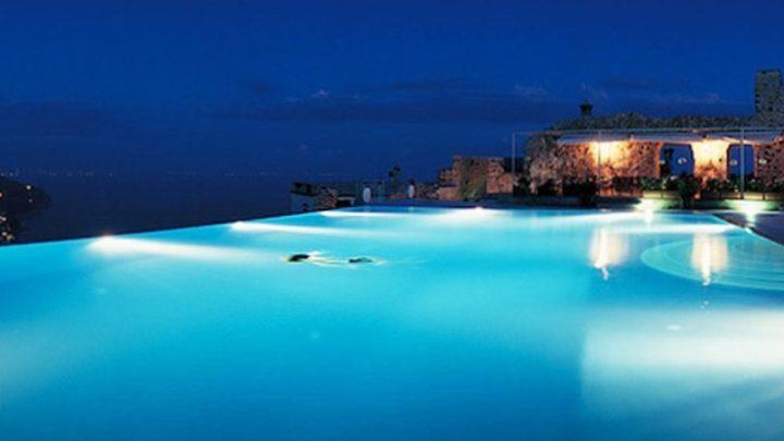 Iluminação de piscinas com borda infinita