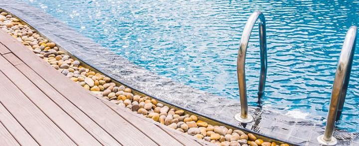 Escadas de inox ou ABS? Descubra qual é a melhor para a sua piscina