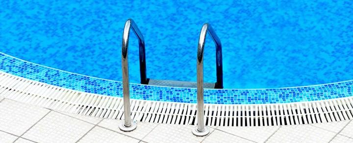 Escada para piscina: por que ter uma