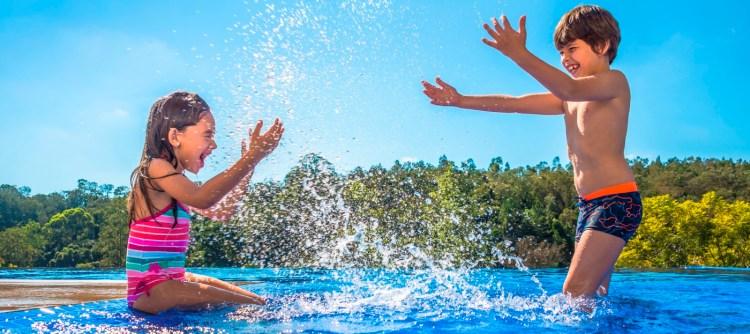 crianças na piscina
