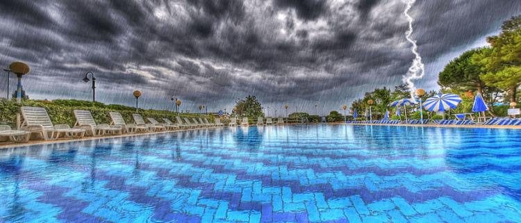 piscina com chuva