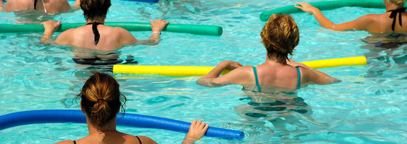 Treino na Piscina: 8 exercícios para fazer com espaguete de piscina